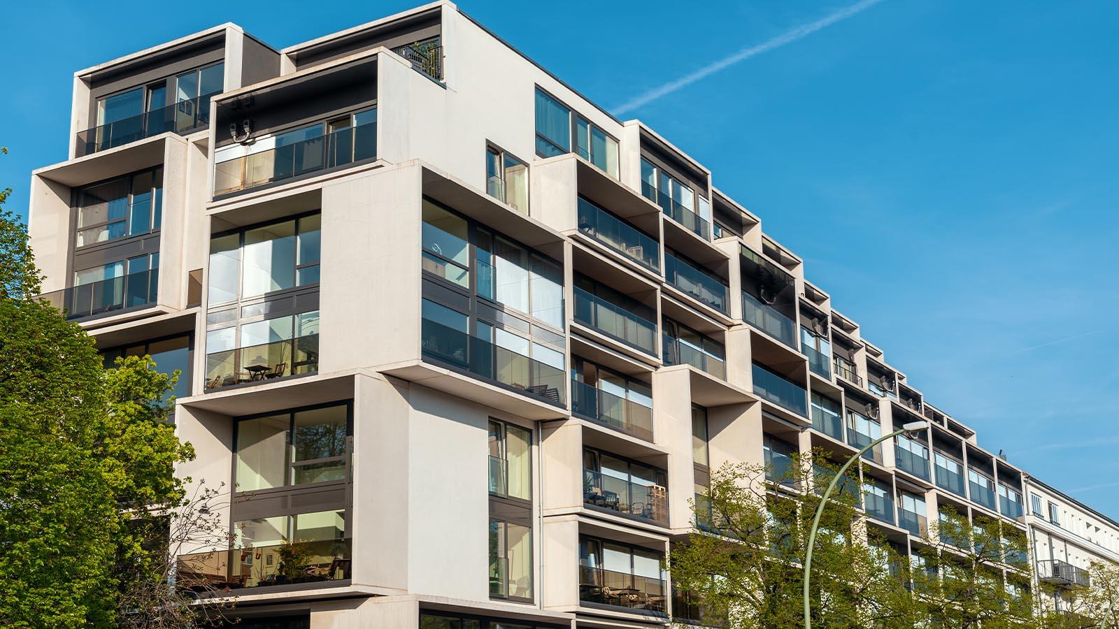 Modernes Gebäude mit großen Fenstern
