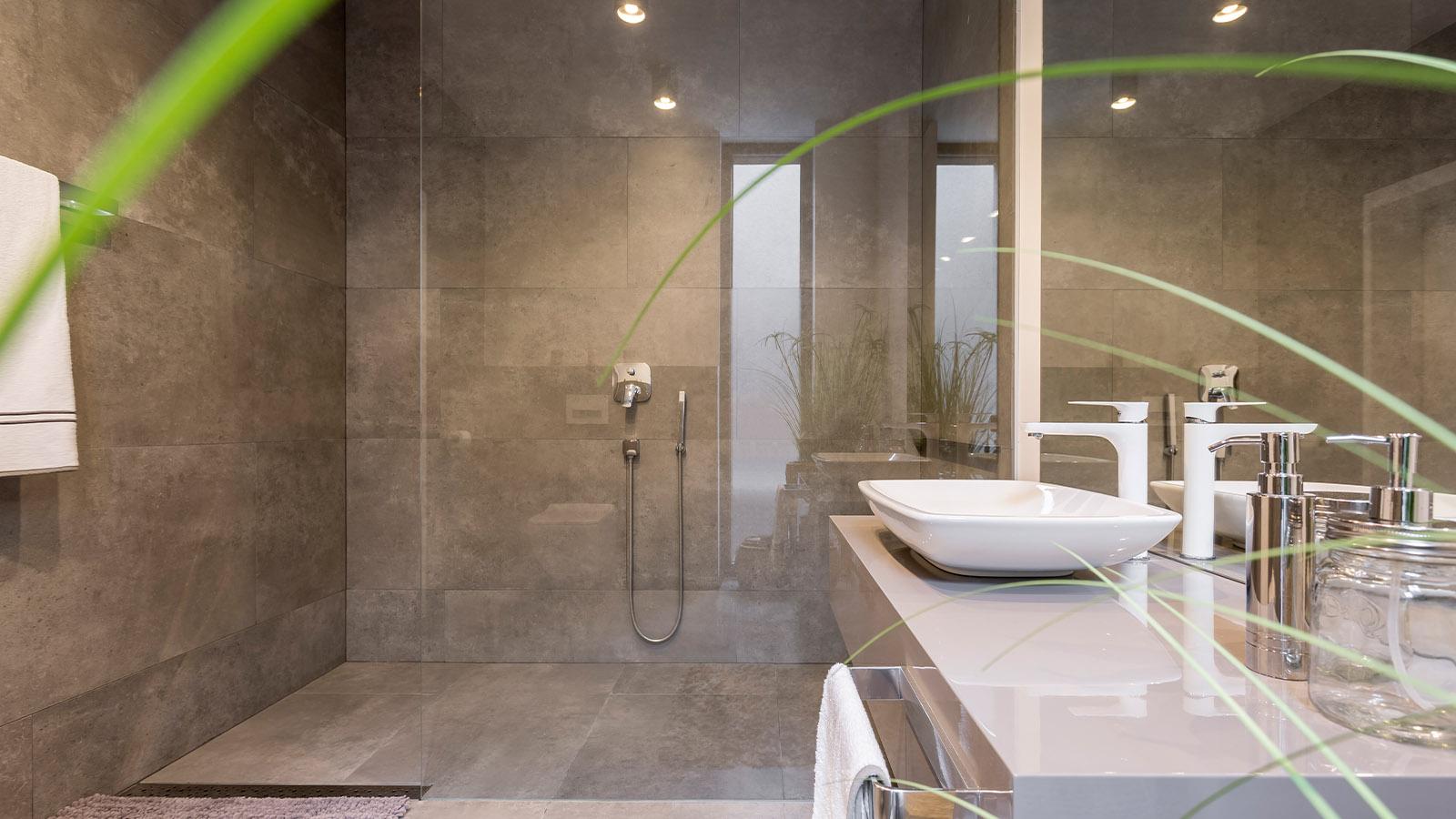 Moderne Dusche mit großer Trennwand aus Glas