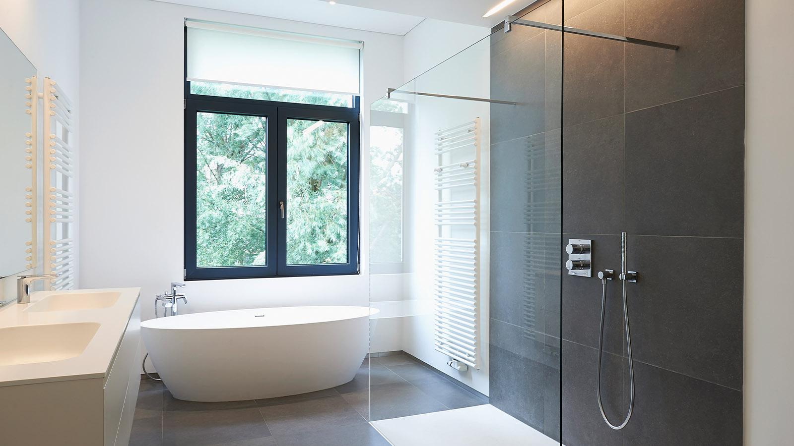 Modernes offenes Badezimmer