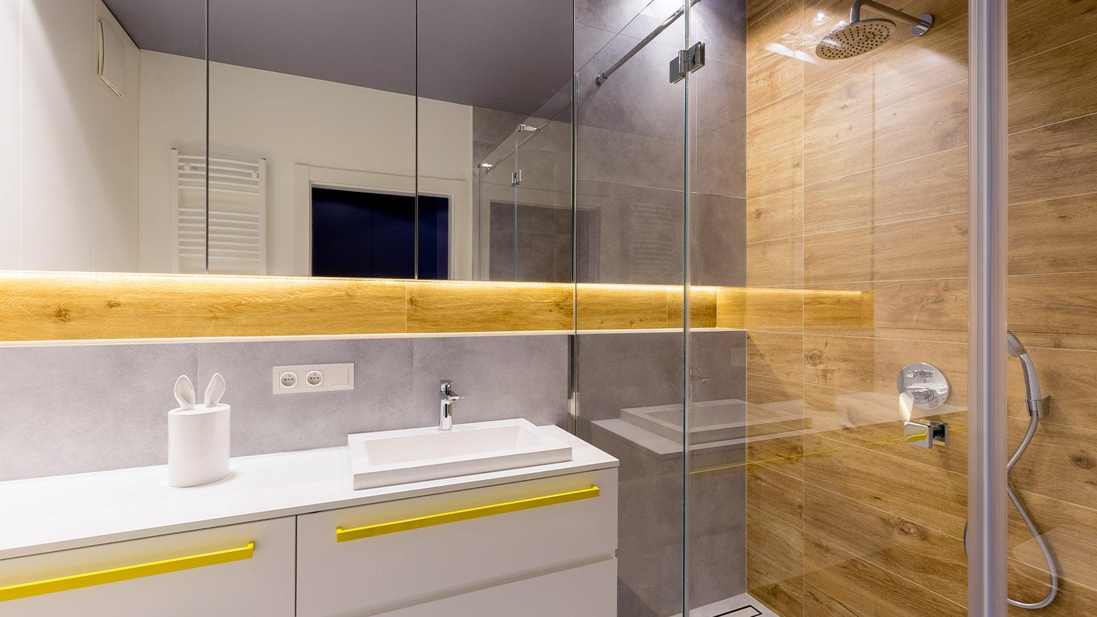 Duschtür in modernem Bad