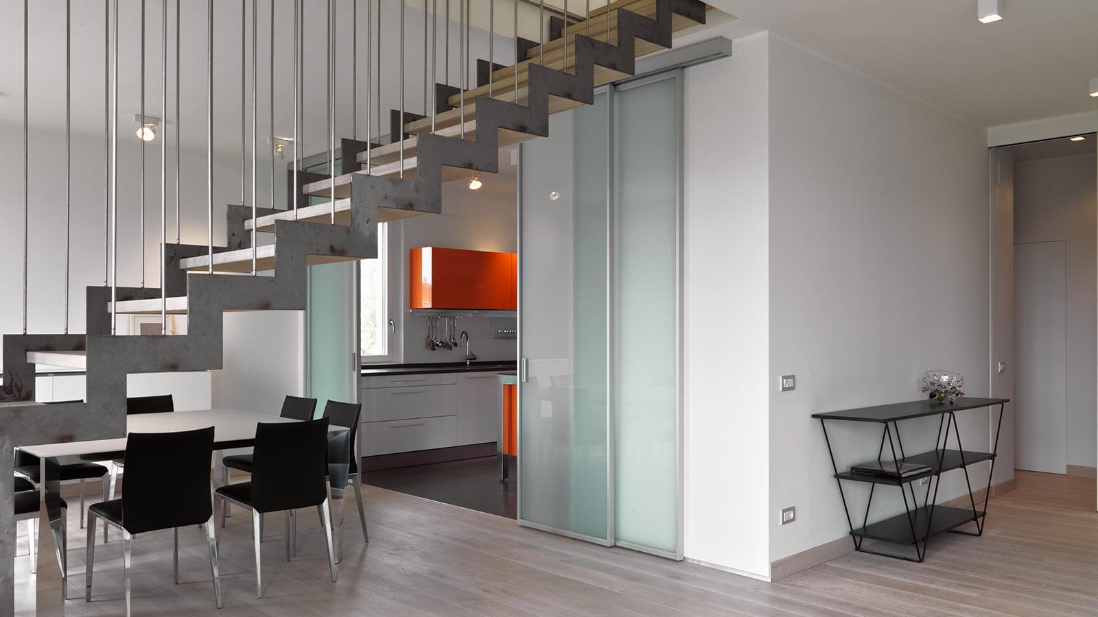 Moderne Glastür im Küchenbereich