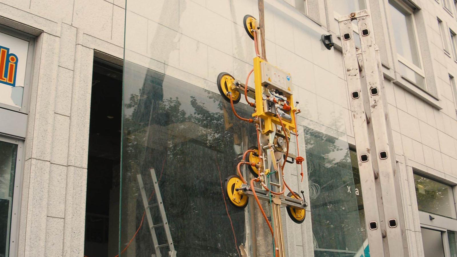 Schaufenstereinbau mit Kran