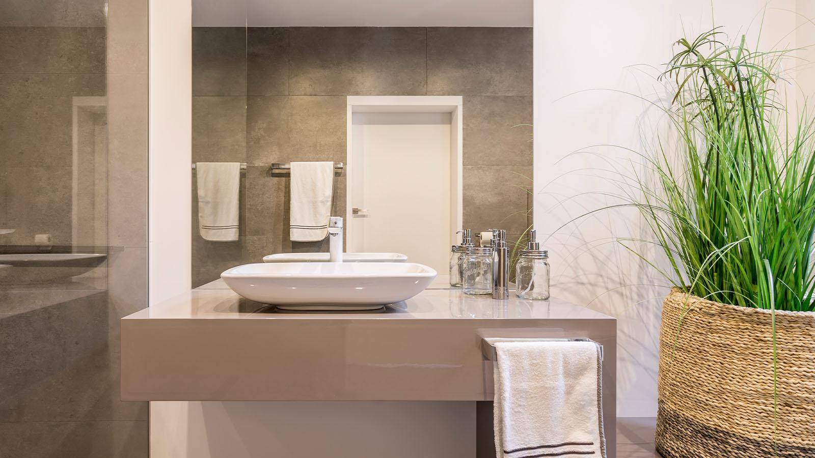 Rechteckiger Spiegel in modernem Badezimmer