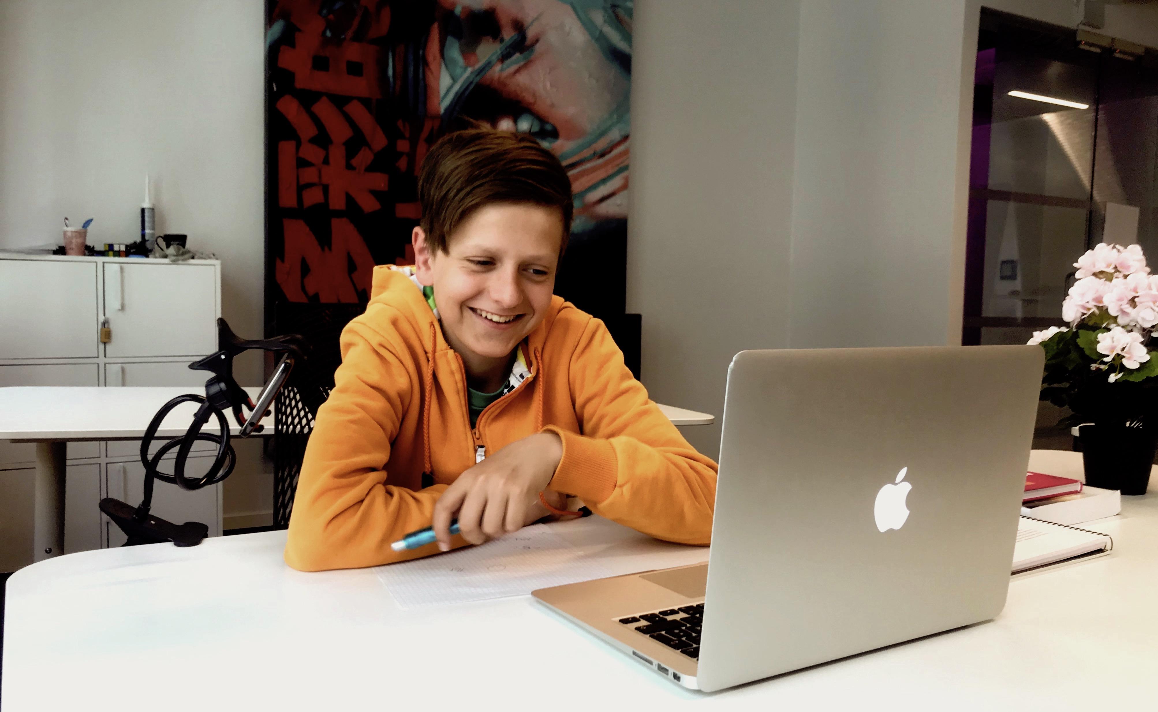 Bilde av elev foran PCen