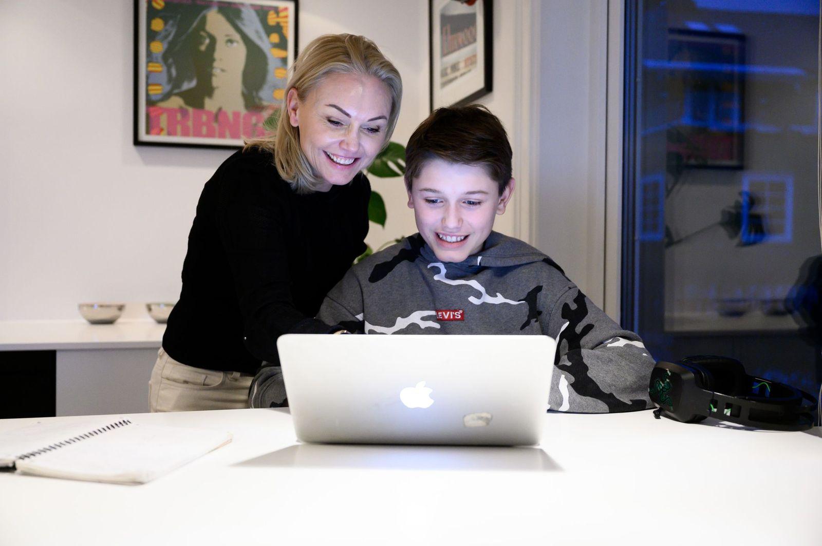 Bilde av mor Marianne og elev Philip foran PCen