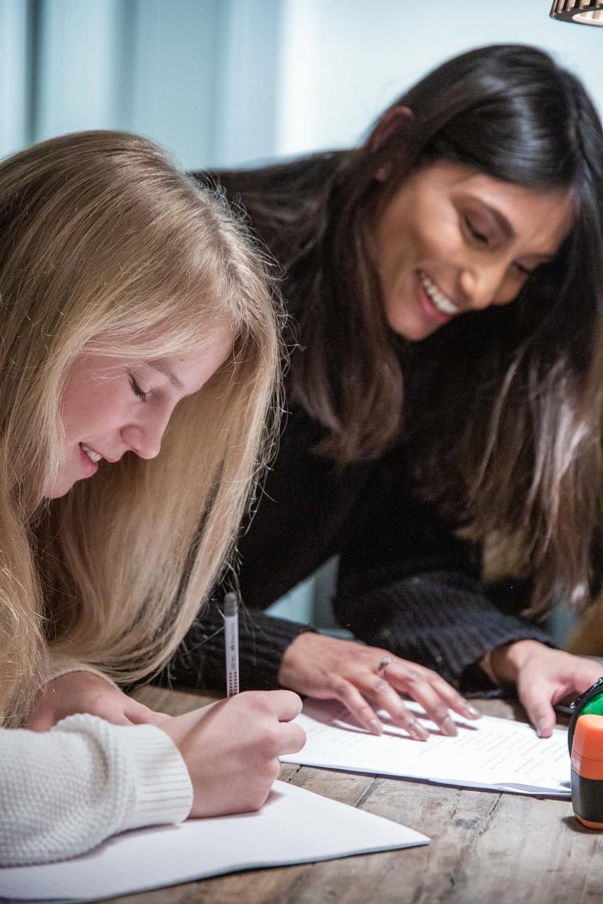Elev og Personlig lærer som jobber sammen