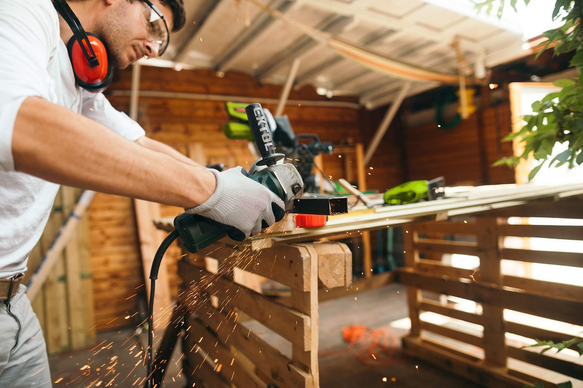 Extol grinder in workshop