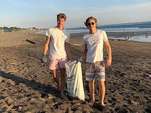 Vastuullisuus huokuu meistä. Robin ja Sebastian keräämässä roskia rannalta Balilla 2019.