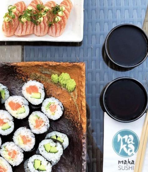 Sushi-ravintola-annos missä mainostuotteena servetti omalla logolla.