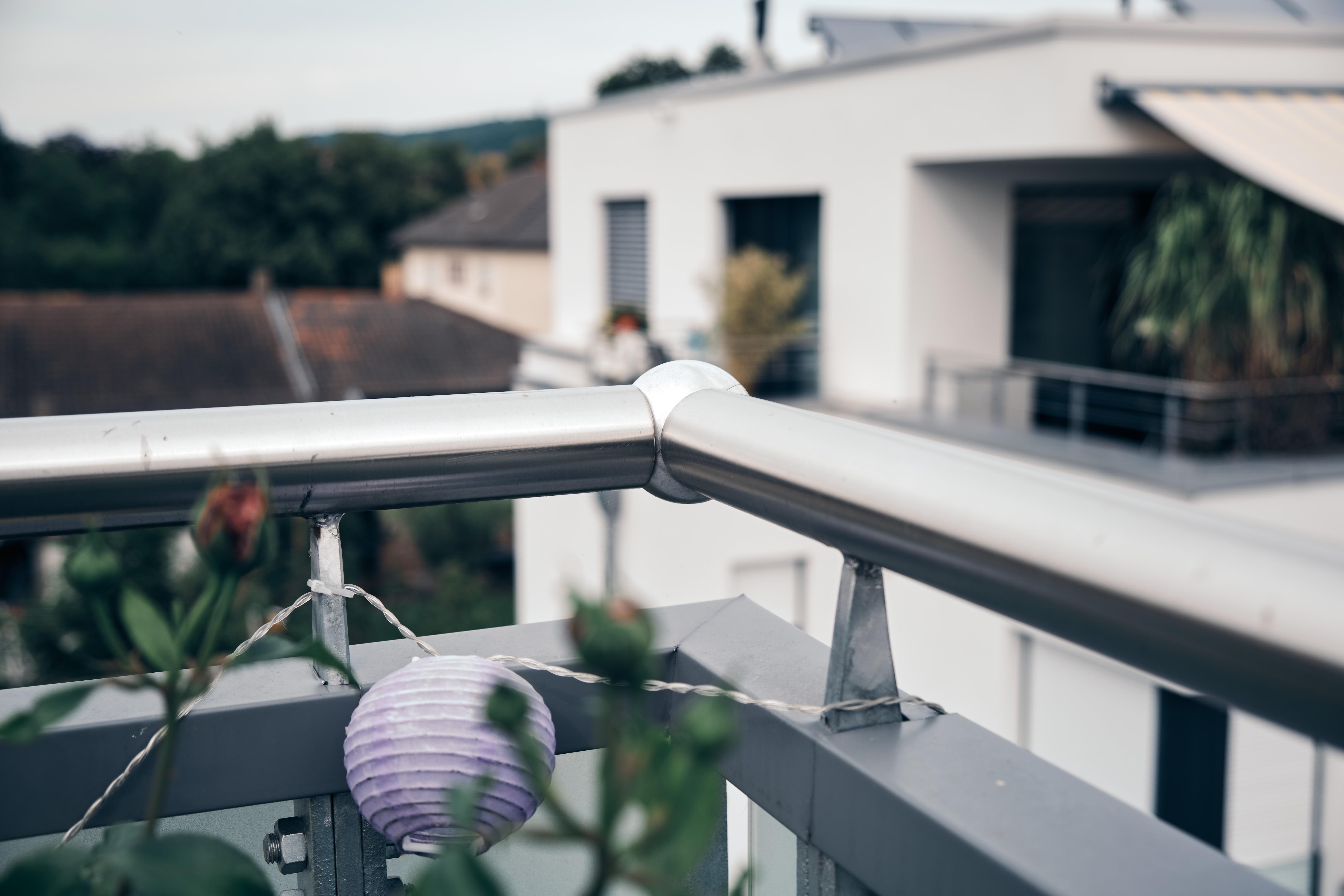 Edelstahl-Geländer aus Metall mit kugelförmiger Ecke