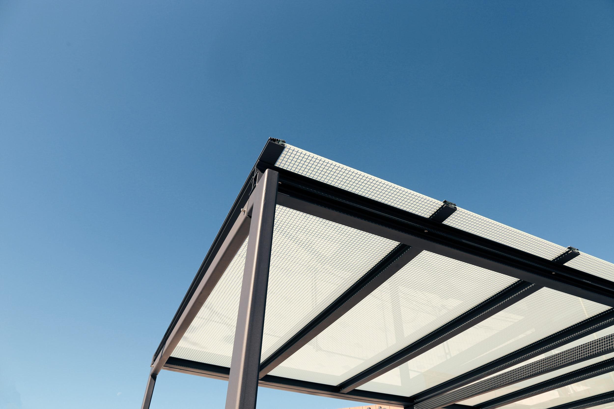 Carport mit milchigem Glas und schwarzem Metallgerüst