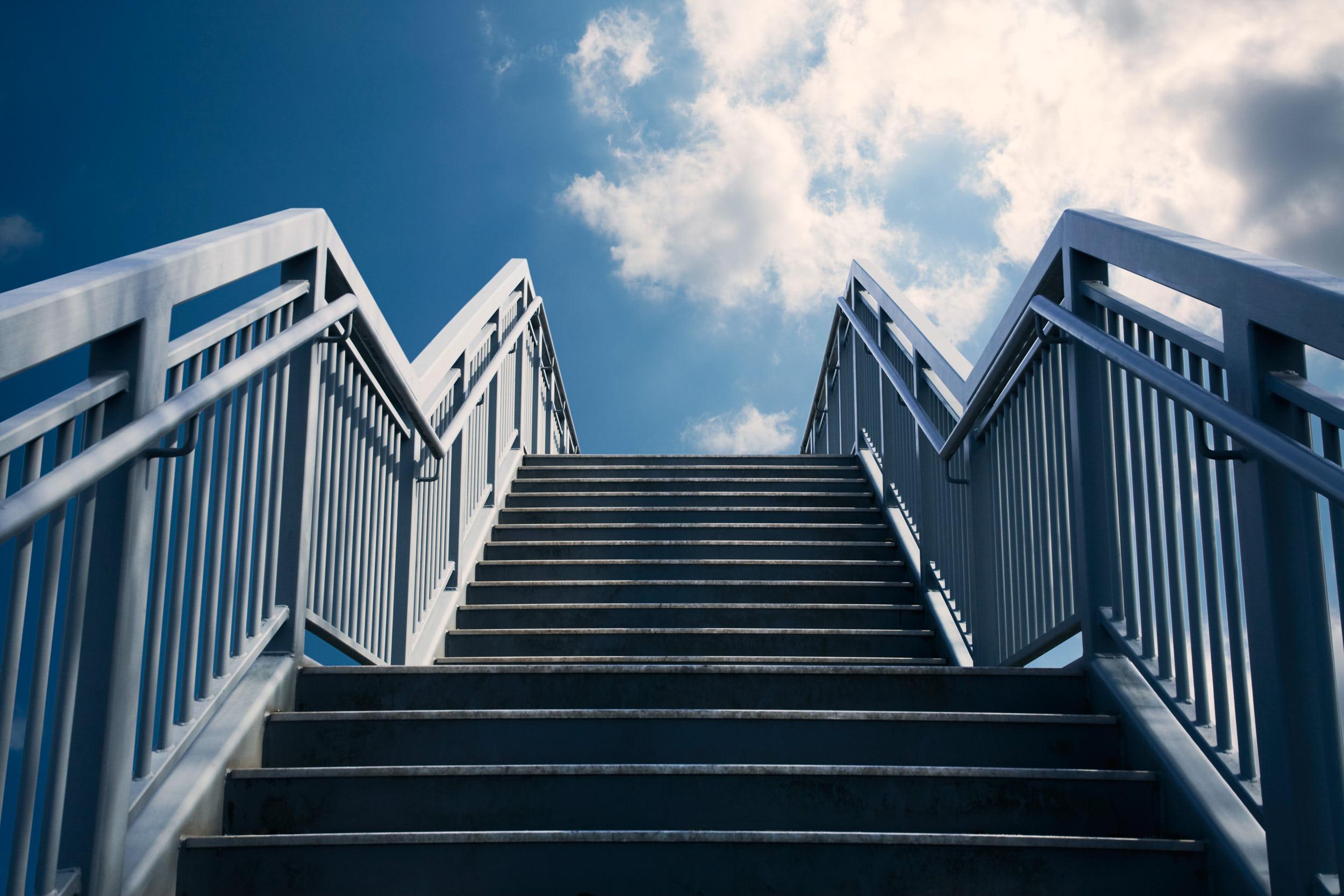 Treppenstufen mit Geländer an beiden Seiten
