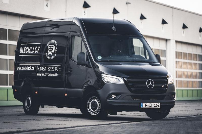Unser größter Mietwagen, der Mercedes Sprinter vor einer Lagerhalle