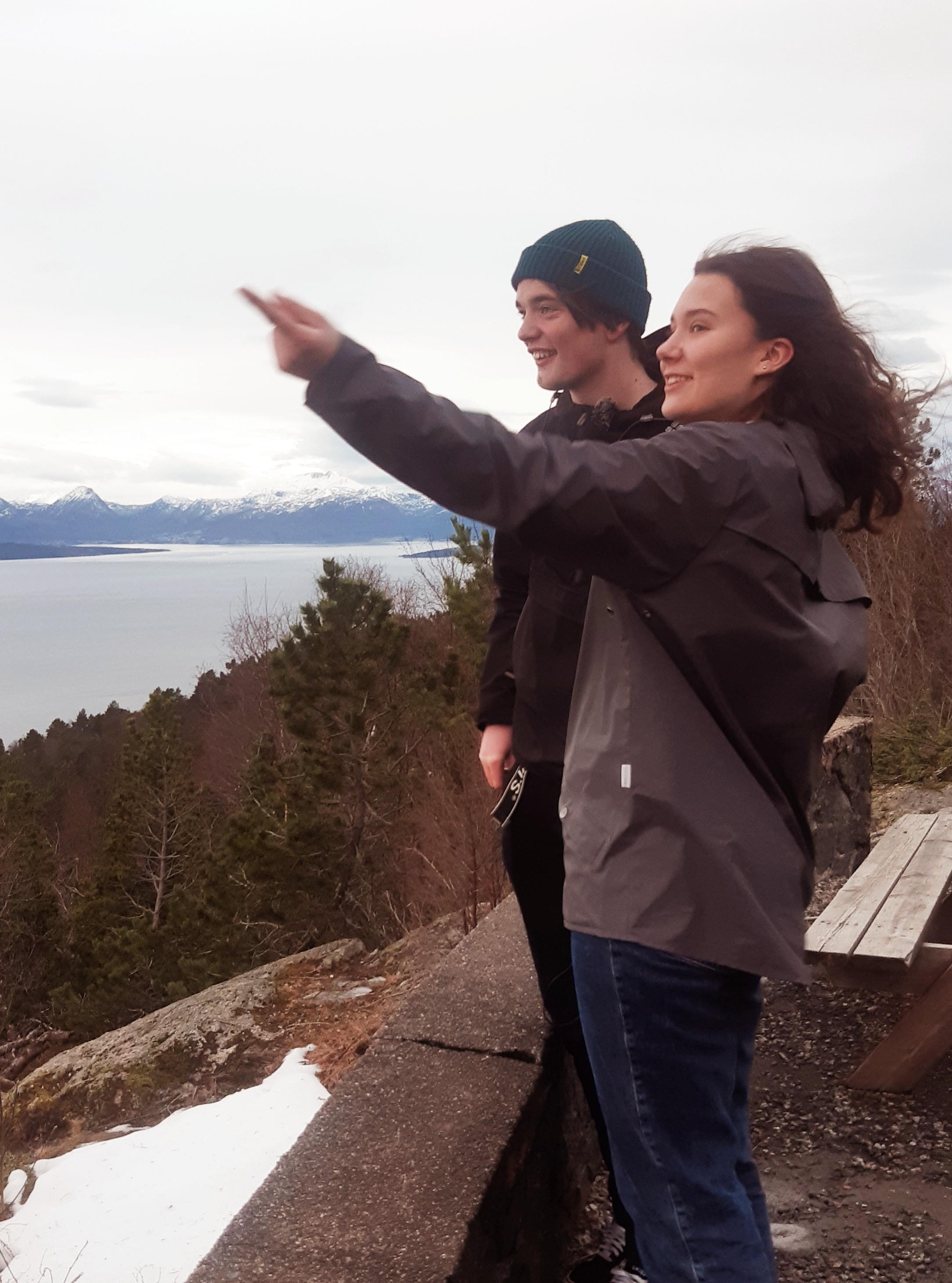 Gyda og Ottar på Varden med utsikt til både Eikesdalen og Midsund.