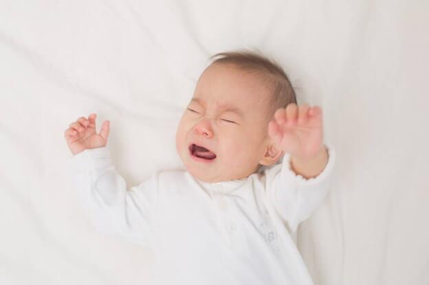 Trẻ sơ sinh ngủ hay giật mình khóc thét do sinh lý