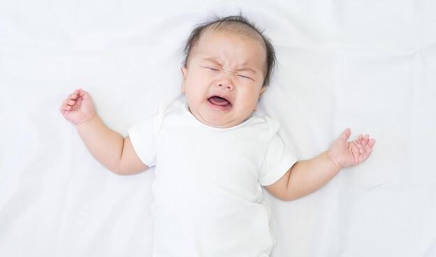 Trẻ sơ sinh giật mình khóc thét do bệnh lý