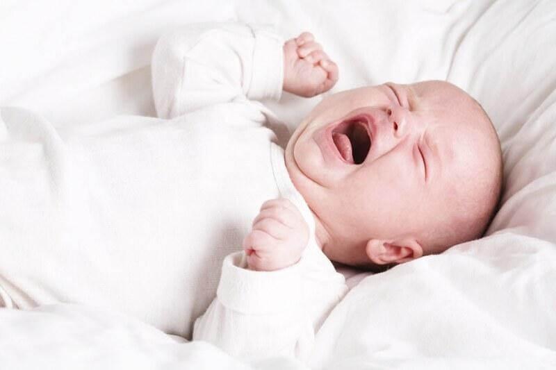 Tại sao trẻ ngủ không sâu giấc, hay giật mình?