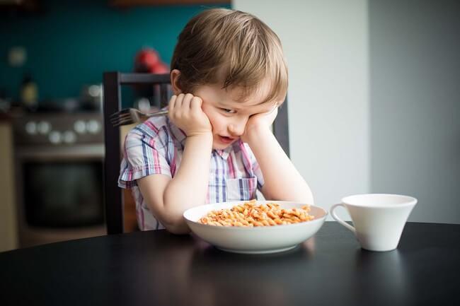 Trẻ biếng ăn do bị ép mắng, dùng đòn roi.