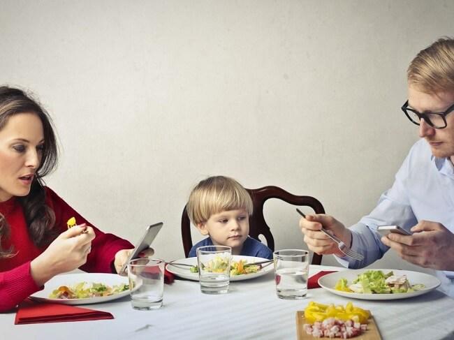 Bữa ăn ngon miệng với con đôi khi chỉ đơn giản là bữa ăn hạnh phúc cùng bố mẹ!