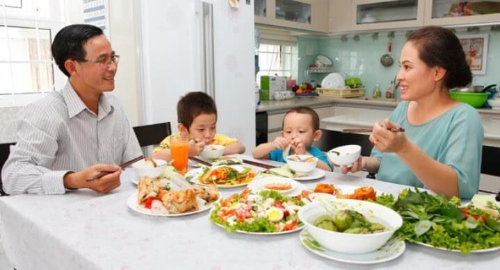 Cho bé ngồi ăn cùng gia đình sẽ làm bé quan tâm đến đồ ăn hơn