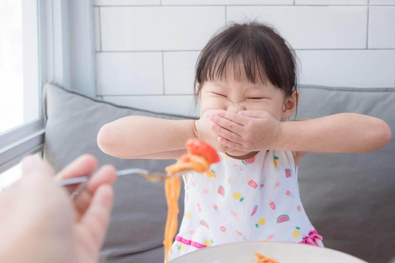 Ngậm thức ăn có hại với trẻ như thế nào?
