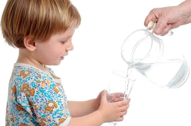 Trẻ bị mất nước cũng là dấu hiệu sức đề kháng yếu