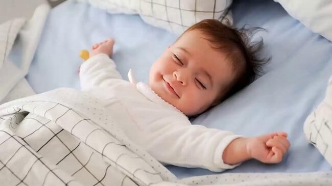 Luyện cho bé ngủ đêm bằng cách giúp trẻ phân biệt ngày đêm.