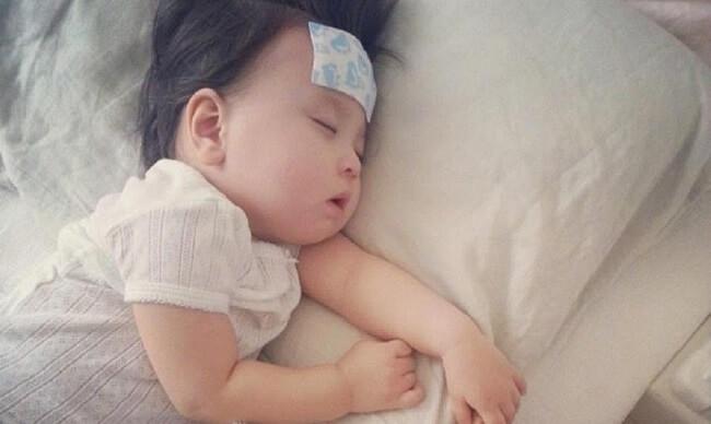 Bé bú ít ngủ nhiều do bé đang bị ốm