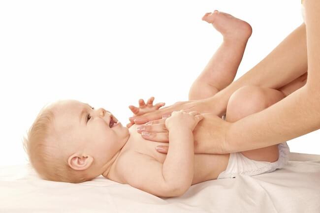 Massage bụng hàng ngày giúp bé giảm táo bón