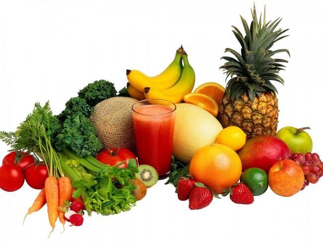 Cho trẻ ăn nhiều rau xanh và trái cây chín giúp giảm táo bón