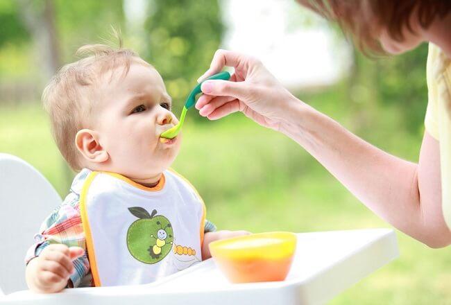 Sai lầm của các bà mẹ thấy con chậm tăng cân là ép con ăn quá nhiều.