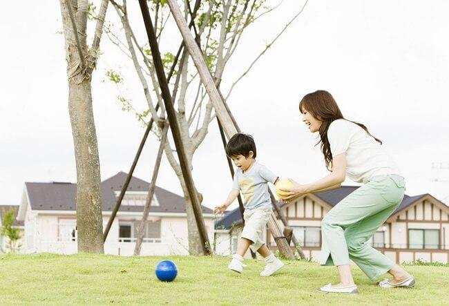 Tăng cường cho trẻ vận động giúp cải thiện tình trạng táo bón