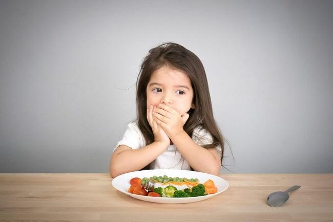Bữa ăn thiếu chất xơ cũng khiến trẻ bị táo bón
