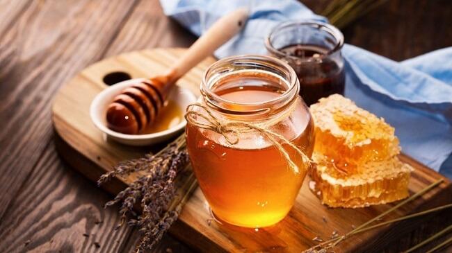 Sử dụng mật ong là cách cải thiện tình trạng táo bón ở trẻ khá phổ biến