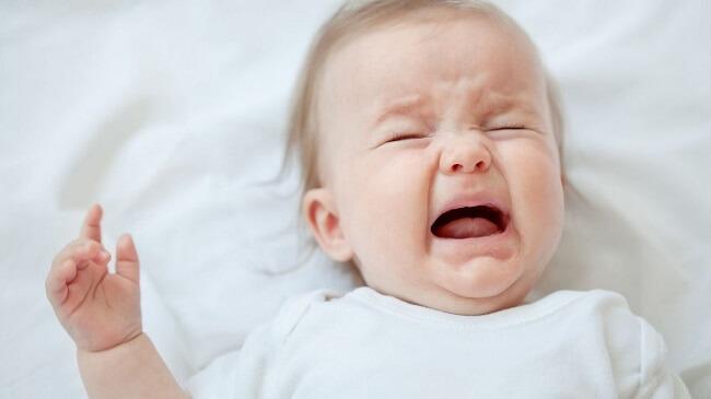 Khi trẻ quá đói, trẻ sẽ quấy khóc nhiều, việc này khiến trẻ nuốt càng nhiều không khí