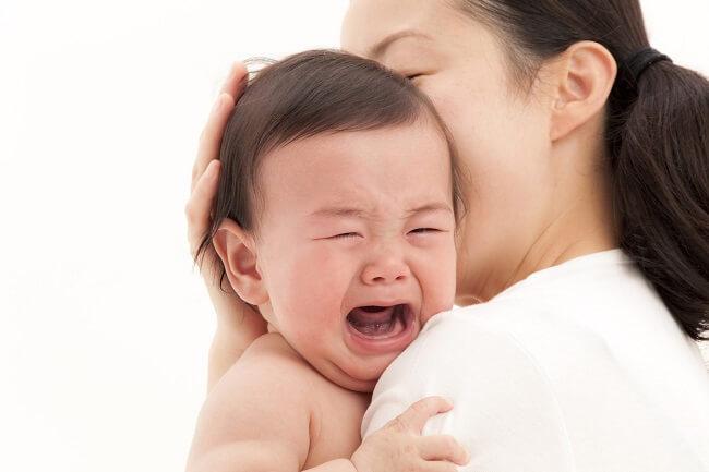 Trẻ sơ sinh bị táo bón có thể cong lưng, ưỡn mông và khóc.