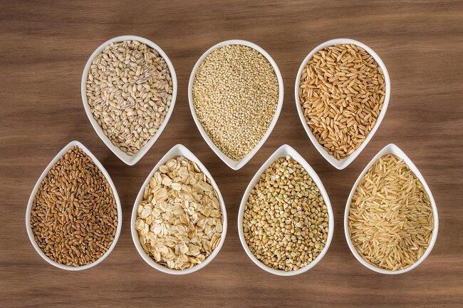 Ngũ cốc nguyên hạt cung cấp chất xơ không hòa tan dồi dào.
