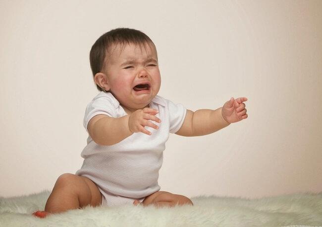 Trẻ tỉnh giấc quấy khóc giữa đêm là do ban ngày trẻ bị kích thích quá mức