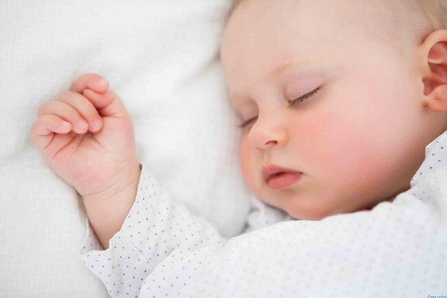 Để bé ngủ sau khi nôn trớ giúp nhanh chóng hồi phục sức khỏe
