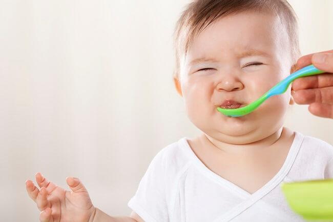 Đối với trẻ 6 tháng ăn vào bị nôn phải làm sao?