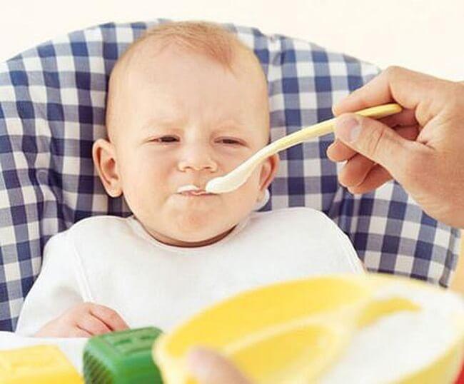Cho trẻ ăn dặm quá sớm cũng khiến trẻ bị đầy bụng khó tiêu
