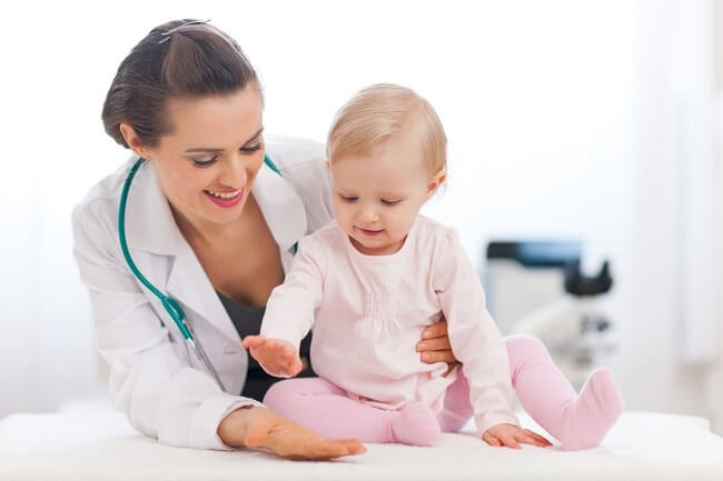 Nếu trẻ bị đầy hơi lâu ngày cần được đưa đến bác sĩ thăm khám