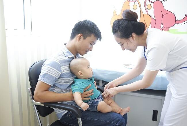 Vì sao có hiện tượng trẻ sơ sinh bị sốt khi tiêm phòng?