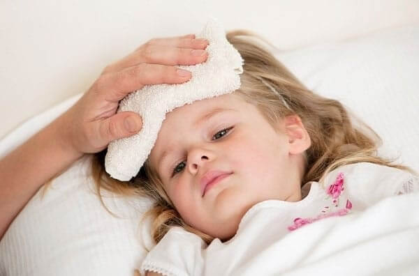 Tại sao trẻ bị viêm họng lại sốt?