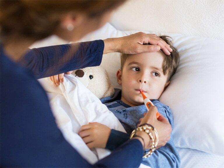 Những lưu ý khi hạ sốt cho trẻ bị viêm họng