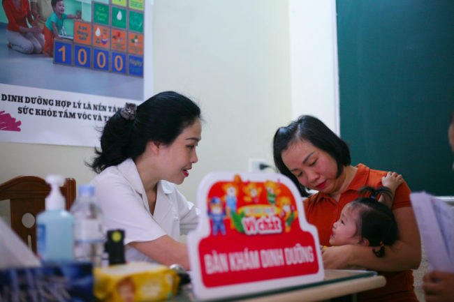 TS. BS Phan Bích Nga khám và tư vấn dinh dưỡng cho các bé