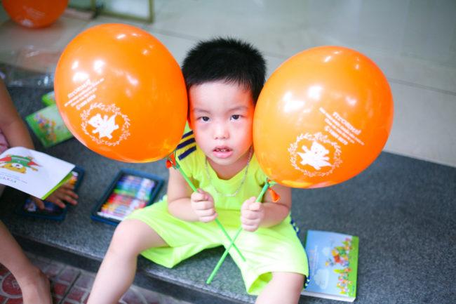 Niềm vui của các bé khi nhận quà từ nhãn hàng Fitobimbi vi chất