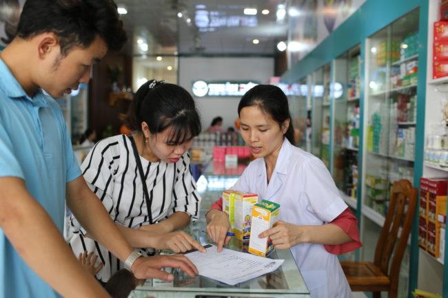Bố mẹ được bác sĩ và dược sĩ tư vấn cách bổ sung vi chất cho trẻ