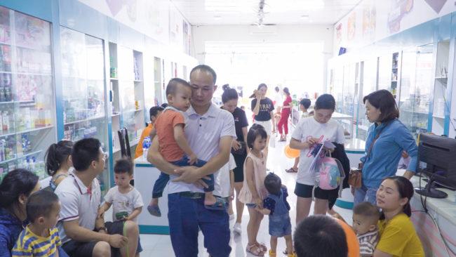 Rất đông trẻ được cha mẹ đưa tới để khám và tư vấn dinh dưỡng