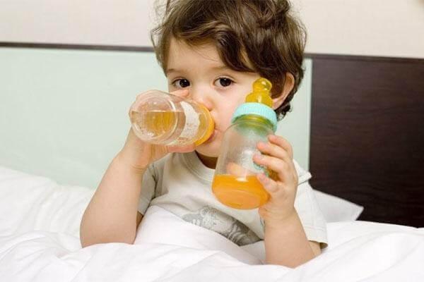 Cho bé uống nước trái cây để bổ sung nước và làm dịu họng
